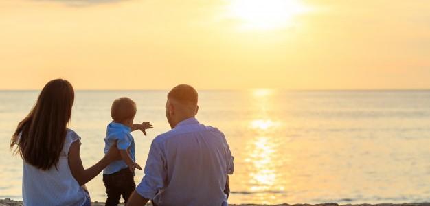 familia-concepto-playa-caucasico-emplazamiento-nino-celebracion-arena-playa-tropical-atardecer_30478-37